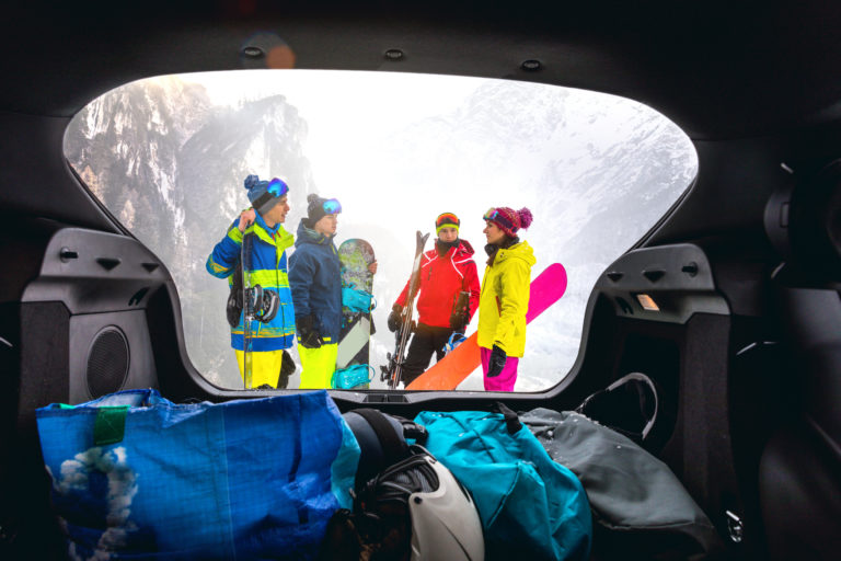 loading-the-car-after-a-skiing-day-in-mountain-snowboarder-in-the-alps-group-of-friends-having-fun-in-a-winter-vacation-2